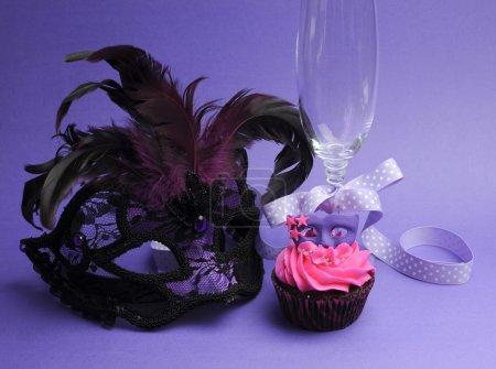 Photo pour Masques de mascarade rose et violet décoré cupcake de fête avec glaçage rose pour adolescence, anniversaire, réveillon du Nouvel An, ou fête de douche nuptiale de mariage, avec masque et verre de champagne . - image libre de droit