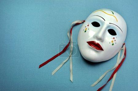 Photo pour Masque en céramique bleu pâle sur fond bleu aqua pour acteur, performance ou concept de théâtre, avec espace de copie pour votre texte ici . - image libre de droit