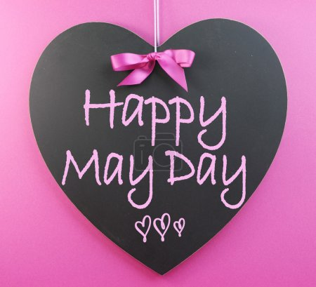 Photo pour Voeux d'écriture mai jour heureux sur tableau noir en forme de coeur pour le premier 1er mai célébrations sur fond rose. - image libre de droit