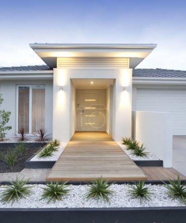 Foto de Fachada y la entrada a un blanco contemporáneo prestados Inicio en australia - vertical - Imagen libre de derechos