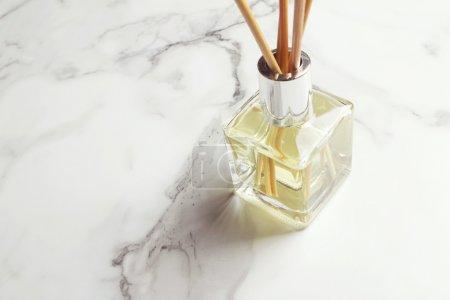 Photo pour Désodorisant diffuseur à roseaux aromathérapie horizontale avec espace de copie - image libre de droit
