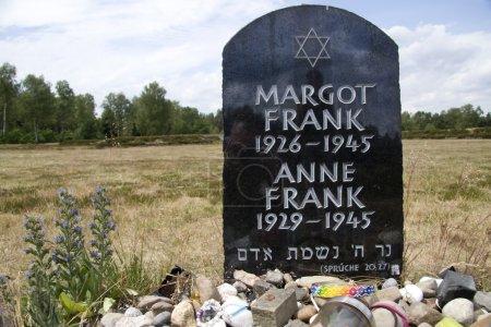 Photo pour Lohheide, monument à Margot et Anne Frank sur le Mémorial Bergen-Belsen, Allemagne - image libre de droit