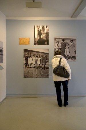 Photo pour Photos de la vie d'Anne Frank dans le pavillon néerlandais, Auschwitz - image libre de droit