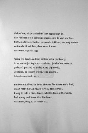 Photo pour Extraits du Journal d'Anne Frank sur le mur du pavillon néerlandais à Auschwitz, Pologne - image libre de droit