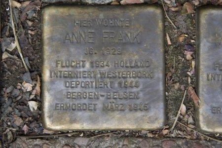 Photo pour Stolperstein rappelle Anne Frank qui a séjourné avec sa grand-mère sur la Pastor Platz, Aix-la-Chapelle, Allemagne - image libre de droit