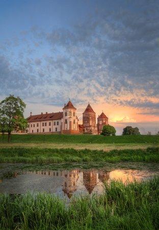 Photo pour Château par rivière en été - image libre de droit