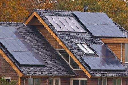 Foto de Paneles solares de recién construcción casa - Imagen libre de derechos