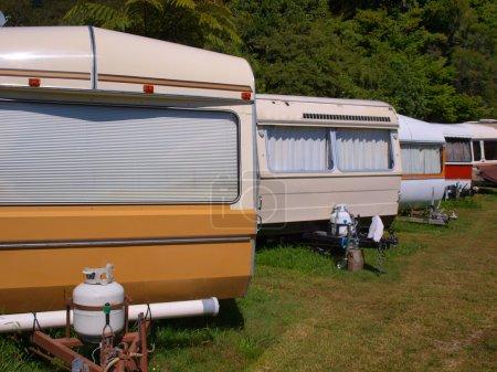 Photo pour Ligne façonné de vieilles caravanes sur un terrain de caravaning - image libre de droit