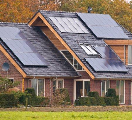 Foto de Paneles solares fotovoltaicos en casa moderna de nueva construcción - Imagen libre de derechos