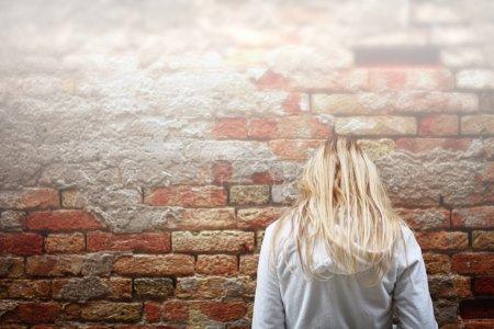 Photo pour Femmes jeunes dépressives sur le bout de la route. - image libre de droit