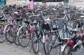 Mnoho jízdních kol v parkování v Pekingu