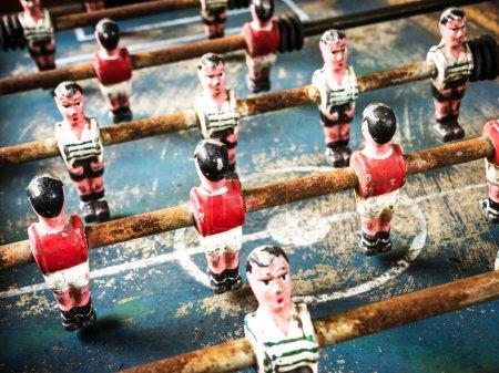 Photo pour Partie d'un vieux jeu de football de table - beau gros plan - image libre de droit