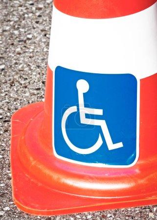 Photo pour Panneau handicapés à un cône de circulation - image libre de droit