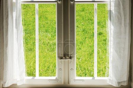 Photo pour Vieille fenêtre dans une villa - image libre de droit
