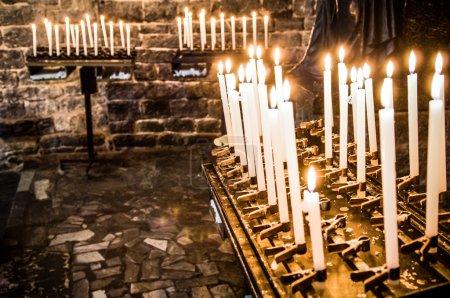 Photo pour Bougies de prière dans une église - image libre de droit