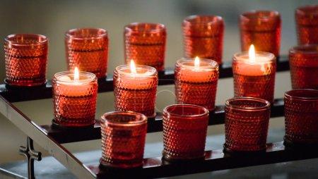 Photo pour Bougies de prière dans une église à Rome - image libre de droit