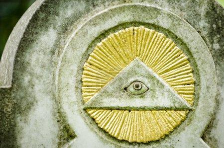 Photo pour Le tout voir œil à un tombstone historique à munich - image libre de droit