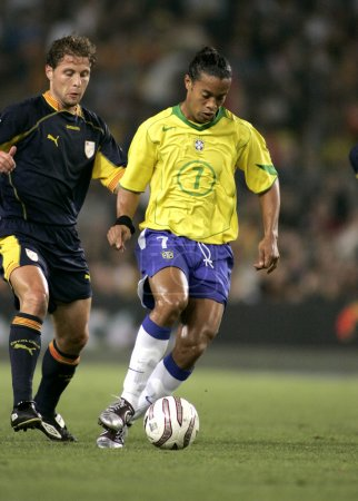 Photo pour Le joueur brésilien Ronaldinho en action lors du match amical entre la Catalogne et le Brésil au Nou Camp Stadium à Barcelone, Espagne. 25 mai 2004 - image libre de droit
