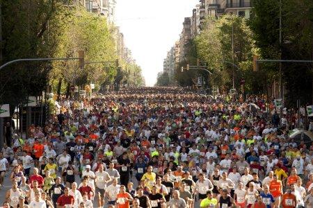 Photo pour Coureurs sur cursa de el corte ingles, la course la plus populaire dans le monde, sur les rues de Barcelone le 6 mai 2007 à Barcelone, Espagne - image libre de droit