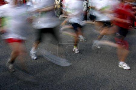 Photo pour Coureurs sur une course populaire avec motion - image libre de droit