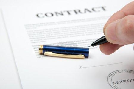 Photo pour Main tenant un crayon, prêt à conclure l'affaire et de signer le contrat. - image libre de droit