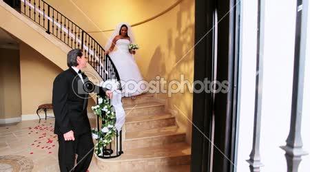 ženich sledují etnické nevěsta na mramorové schodiště