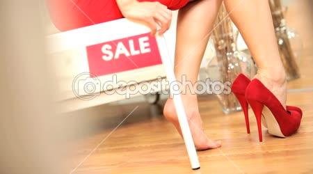 Nohy nohy dívky se snaží nové boty