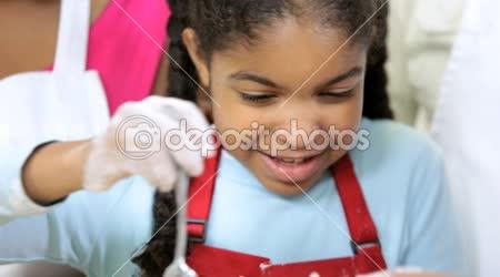 Rodina připravuje v kuchyni