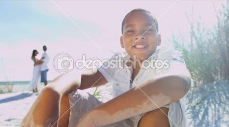Chlapec na pláži s rodiči