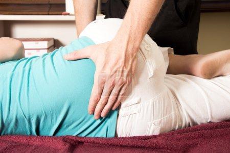 Foto de Bajo la parte posterior del paciente será mensaje por médico - Imagen libre de derechos