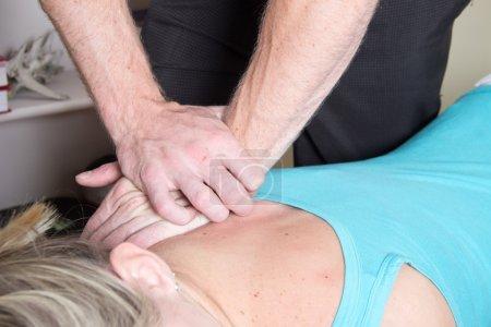 Photo pour Chiropracteur met la pression sur l'épaule du patient - image libre de droit