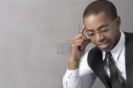 Foto de Joven negro en la oficina detrás de su escritorio - Imagen libre de derechos