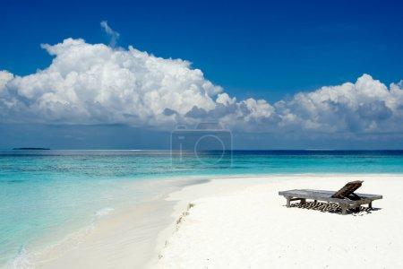 Photo pour Chaises longues sur la plage de l'océan - image libre de droit