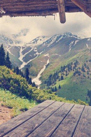 Photo pour Vue sur la montagne de gazebo, table en bois. - image libre de droit