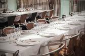 Bílý ubrus a prázdných sklenic v restauraci