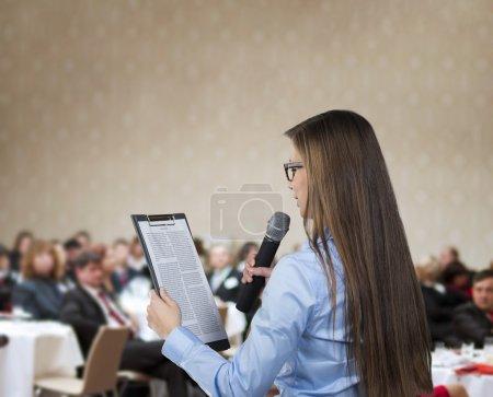 Photo pour Belle femme d'affaires parle sur la conférence . - image libre de droit
