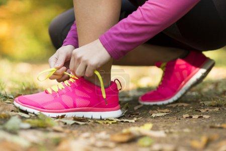 Photo pour Gros plan sur les pieds d'un coureur qui court en congé d'automne exercice d'entraînement - image libre de droit