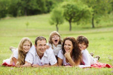 Photo pour Grande famille est détente ensemble dans la nature verdoyante - image libre de droit