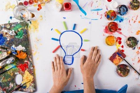 Foto de Concepto de idea creativa con pinturas coloridas sobre papel blanco - Imagen libre de derechos