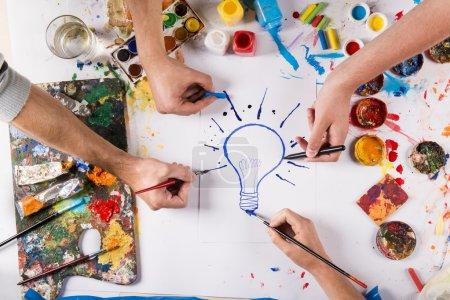 Photo pour Idée créative concept avec des peintures colorées sur papier blanc - image libre de droit