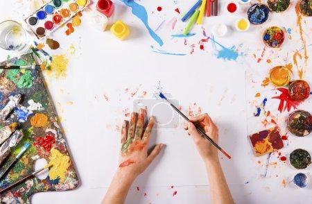 Photo pour Concept d'art créatif avec des peintures colorées sur papier blanc - image libre de droit