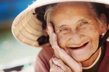 Photo pour Gros plan visage de belle femme souriante avec des rides. personnes âgée senior. - image libre de droit