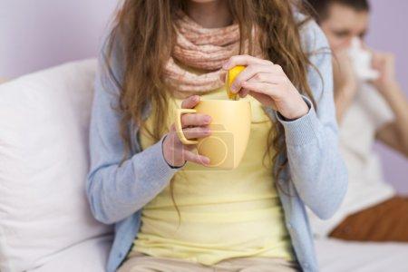 Photo pour Homme et femme malade ont le rhume, la grippe et fièvre élevée. - image libre de droit