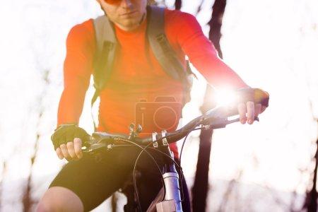 Photo pour Gros plan de cycliste homme jambes équitation VTT sur le sentier en plein air dans la forêt d'automne - image libre de droit
