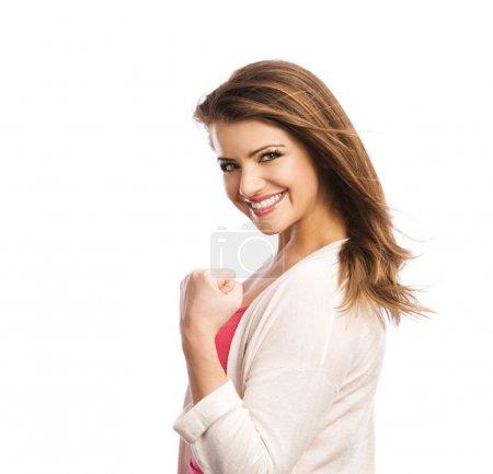 Photo pour Jeune femme heureuse disant oui et gesticulant alors qu'elle est isolée sur fond blanc - image libre de droit