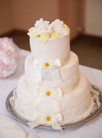 Photo pour Gâteau de mariage décoré de rubans et de fleurs - image libre de droit