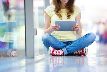 Photo pour Adolescente à l'aide d'une tablette numérique à l'extérieur dans la rue - image libre de droit