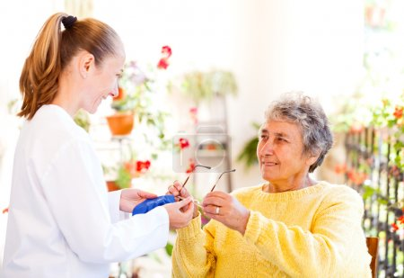 Photo pour Trouvez le bon soignant à domicile pour votre bien-aimé - image libre de droit
