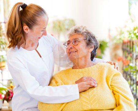 Photo pour Trouvez les bons services de soins à domicile pour votre bien-aimé - image libre de droit