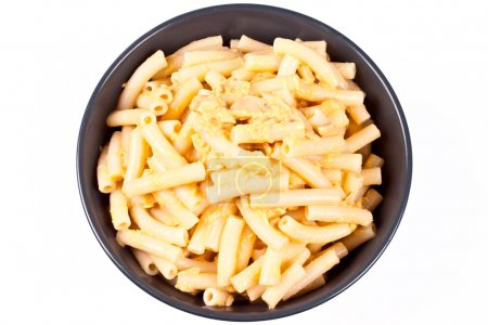 Photo pour Tir d'un bol bleu de macaroni et fromage. - image libre de droit